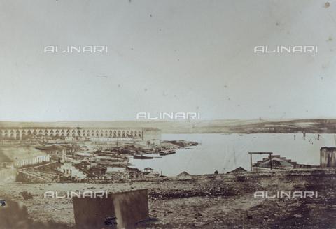 FBQ-S-001276-0004 - Veduta panoramica del Forte Nicolas e della dogana a Sebastopoli, in Crimea, ripresa durante il periodo della guerra - Data dello scatto: 1855 -1856 - Raccolte Museali Fratelli Alinari (RMFA), Firenze