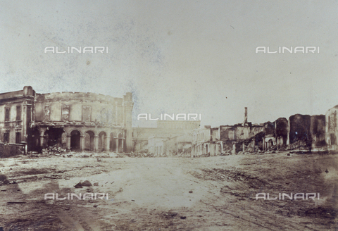 FBQ-S-001276-0005 - A road in Sevastopol, in Crimea, with a few buildings in the background including, on the left, the so-called Officers' Café - Data dello scatto: 1855- 1856 ca. - Archivi Alinari, Firenze