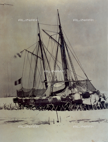FBQ-S-001276-0015 - Close up of the warship 'Meurtriere', partially covered in snow and imprisoned in the ice, in Crimea - Data dello scatto: 1855 - 1856 - Archivi Alinari, Firenze