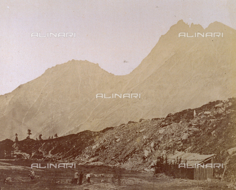 FBQ-S-001872-0002 - Partial view of a valley in the Gran Paradiso National Park enclosed among the high mountain slopes. In the foreground, to the right is a hut. A few people are present - Data dello scatto: 1860 - 1872 - Archivi Alinari, Firenze