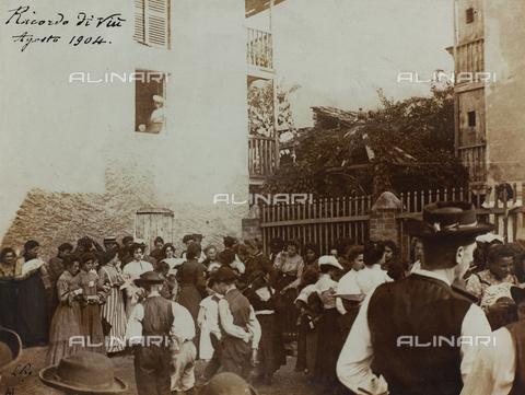 """FBQ-S-002115-0001 - """"Ricordo di Viù"""" ballo pubblico per la sagra annuale - Data dello scatto: 1904 - Archivi Alinari, Firenze"""