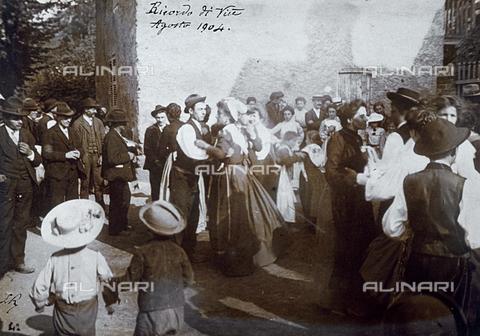 """FBQ-S-002115-0002 - """"Ricordo di Viù"""" ballo pubblico per la sagra annuale - Data dello scatto: 1904 - Archivi Alinari, Firenze"""
