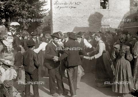 """FBQ-S-002115-0004 - """"Ricordo di Viù"""" ballo pubblico per la sagra annuale - Data dello scatto: 1904 - Archivi Alinari, Firenze"""