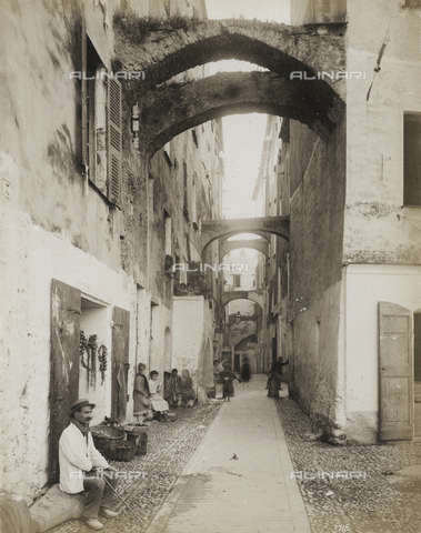 FBQ-S-003242-0003 - Characteristic street of the old hamlet of San Remo with a group of working class people - Data dello scatto: 1890 - 1895 - Archivi Alinari, Firenze