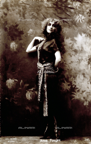 FBQ-S-003417-0003 - Full-length portrait of the actress Anna Fougez. She is posing for the photographer - Date of photography: 1920 -1930 - Fratelli Alinari Museum Collections, Florence