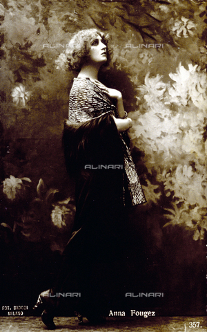 FBQ-S-003417-0004 - Full-length portrait of the actress Anna Fougez. She is posing for the photographer - Data dello scatto: 1920 - 1930 - Archivi Alinari, Firenze