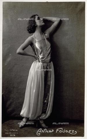 FBQ-S-003418-0002 - Ritratto a figura intera dell'attrice Anna Fougez in abiti di scena - Data dello scatto: 1920 -1925 - Archivi Alinari, Firenze