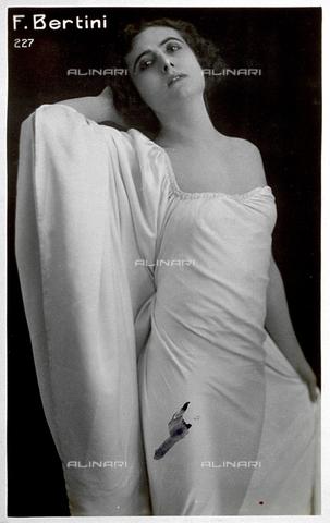 FBQ-S-004507-0002 - Ritratto a tre quarti di figura dell'attrice Francesca Bertini in elegante abito da sera - Data dello scatto: 1921 ca. - Archivi Alinari, Firenze