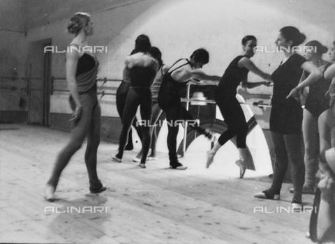 FCA-F-000106-0000 - Ballerini durante le prove al Teatro Massimo, Palermo - Data dello scatto: 1960-1970 - Archivi Alinari, Firenze