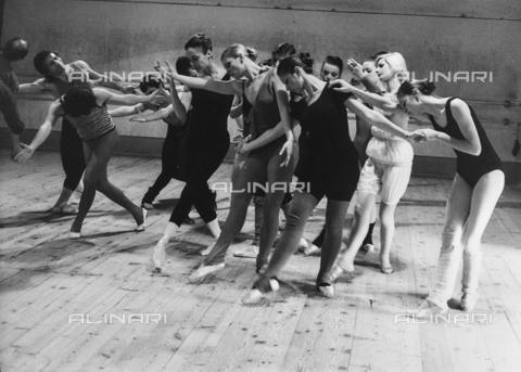FCA-F-000107-0000 - Ballerini durante le prove al Teatro Massimo, Palermo - Data dello scatto: 1960-1970 - Archivi Alinari, Firenze