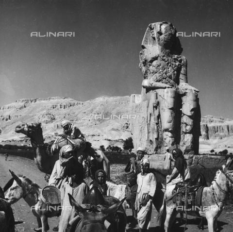 FCA-F-000149-0000 - Beduini con asini e cammello davanti a uno dei Colossi di Memnone, Luxor - Data dello scatto: 1950-1960 - Archivi Alinari, Firenze