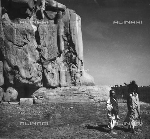 FCA-F-000151-0000 - Egiziani e turisti accanto a una statua colossale, Egitto - Data dello scatto: 1950-1960 - Archivi Alinari, Firenze