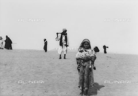FCA-F-000155-0000 - Bambina con agnello e beduini nel deserto, Egitto - Data dello scatto: 1950-1960 - Archivi Alinari, Firenze