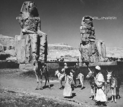 FCA-F-000169-0000 - Beduini con asini e cammello davanti ai Colossi di Memnone, Luxor - Data dello scatto: 1950-1960 - Archivi Alinari, Firenze