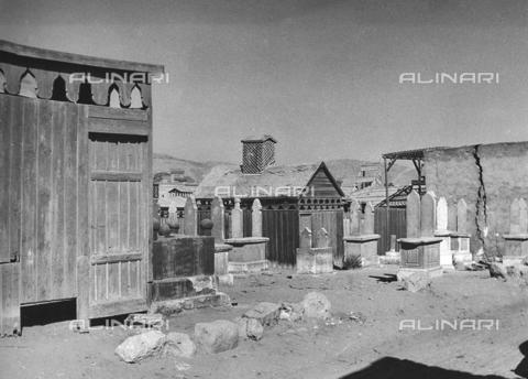 """FCA-F-000171-0000 - Il cimitero musulmano Al-Qarāfa, detto """"Città dei morti"""" - Data dello scatto: 1950-1960 - Archivi Alinari, Firenze"""