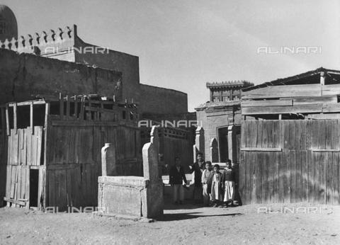 """FCA-F-000177-0000 - Bambini nel cimitero musulmano Al-Qarāfa, detto """"Città dei morti"""" - Data dello scatto: 1950-1960 - Archivi Alinari, Firenze"""