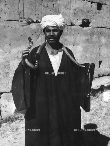 FCA-F-000178-0000 - Incantantore di serpenti, Egitto - Data dello scatto: 1950-1960 - Archivi Alinari, Firenze