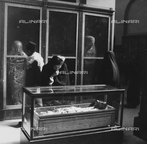 FCA-F-000179-0000 - Visitatori nela sala delle mummie, Museo delle Antichità Egizie, Il Cairo - Data dello scatto: 1950-1960 - Archivi Alinari, Firenze