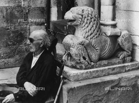 FCA-F-000180-0000 - Ritratto di anziano davanti a un leone stiloforo del Duomo di Modena - Data dello scatto: 1960-1969 - Archivi Alinari, Firenze