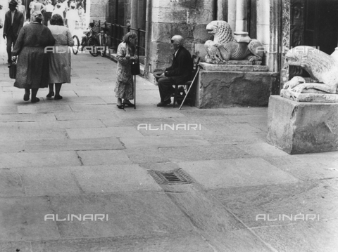 FCA-F-000181-0000 - Anziani davanti ai leoni stilofori del Duomo di Modena - Data dello scatto: 1960-1969 - Archivi Alinari, Firenze