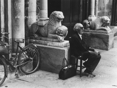 FCA-F-000182-0000 - Anziani seduto davanti ai leoni stilofori del Duomo di Modena - Data dello scatto: 1960-1969 - Archivi Alinari, Firenze