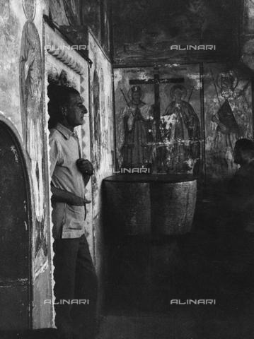 FCA-F-000192-0000 - Ritratto del fotografo Fabrizio Clerici all'interno di un edificio con affreschi di santi ortodossi - Data dello scatto: 1970-1979 - Archivi Alinari, Firenze
