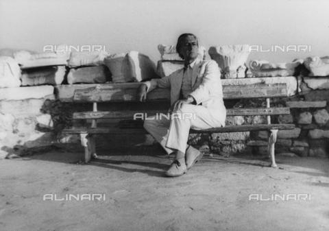 FCA-F-000194-0000 - Ritratto del fotografo Fabrizio Clerici seduto su una panchina - Data dello scatto: 1970-1979 - Archivi Alinari, Firenze