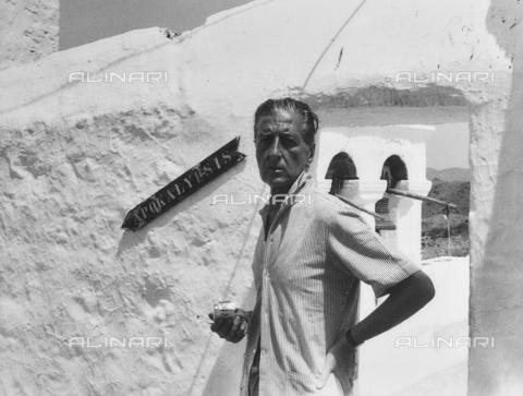 FCA-F-000196-0000 - Ritratto del fotografo Fabrizio Clerici a Patmos - Data dello scatto: 1970-1979 - Archivi Alinari, Firenze