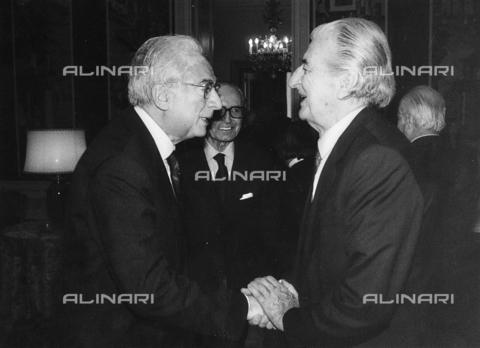 FCA-F-000199-0000 - Ritratto del fotografo Fabrizio Clerici con il presidente Francesco Cossiga - Data dello scatto: 1985-1992 - Archivi Alinari, Firenze