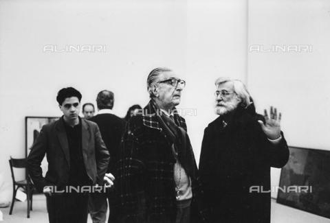 FCA-F-000200-0000 - Ritratto dell'artista Fabrizio Clerici e del suo assistente Eros Renzetti con il curatore Bruno Mantura durante una mostra alla Galleria Nazionale d'Arte Moderna (GNAM) a Roma nel 1990 - Data dello scatto: 1990 - Archivi Alinari, Firenze