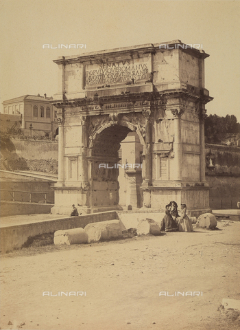 FCC-F-009922-0000 - L'arco di Tito, nel Foro romano. Tre donne posano vicino al monumento - Data dello scatto: 1861 - Raccolte Museali Fratelli Alinari (RMFA)-collezione Favrod, Firenze