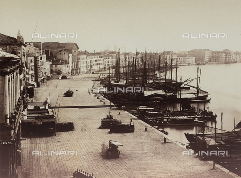 FCC-F-010850-0000 - Boats and gondolas docked along the jetty in Venice - Data dello scatto: 1870 ca. - Archivi Alinari, Firenze