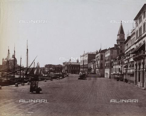 FCC-F-010861-0000 - Buildings along the wharf, in Venice - Data dello scatto: 1880 ca. - Archivi Alinari, Firenze