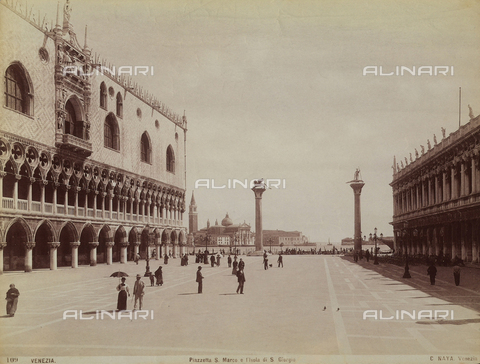 FCC-F-010864-0000 - People walking in Piazza San Marco, Venice, sectioned off by the Palazzo Ducale and the Biblioteca Marciana. The island of San Giorgio stands in the background - Data dello scatto: 1880 ca. - Archivi Alinari, Firenze