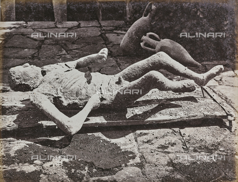 FCC-F-011026-0000 - Cast of a victim of the eruption of Vesuvius in 79 AD discovered in the ruins of Pompeii - Data dello scatto: 1870-1880 - Archivi Alinari, Firenze