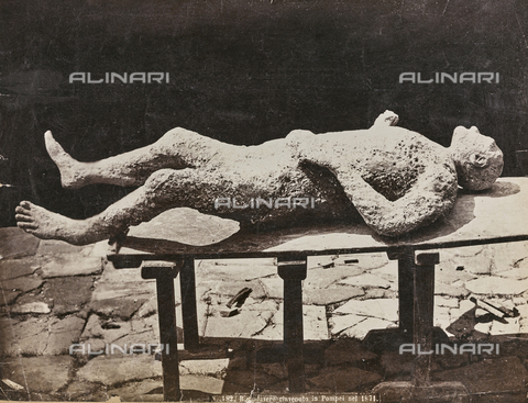 FCC-F-011032-0000 - Cast of a victim of the eruption of Vesuvius in 79 AD discovered in the ruins of Pompeii in 1871 - Data dello scatto: 1876 ca. - Archivi Alinari, Firenze