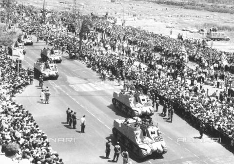 FCC-F-011748-0000 - Sfilata di carroarmati nel giorno della dichiarazione di indipendenza dello Stato di Israele a Tel Aviv - Data dello scatto: 05/1948 - Archivi Alinari, Firenze