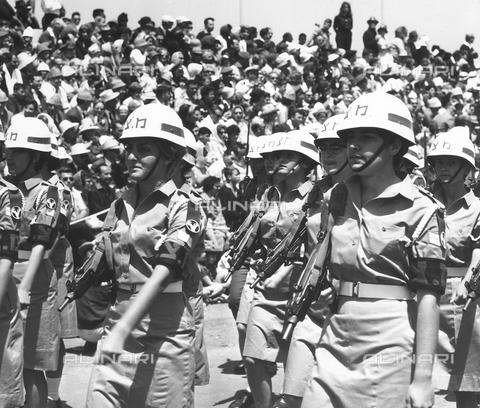 FCC-F-011749-0000 - Soldatesse sfilano nel giorno della dichiarazione di indipendenza dello Stato di Israele a Tel Aviv. - Data dello scatto: 05/1948 - Archivi Alinari, Firenze