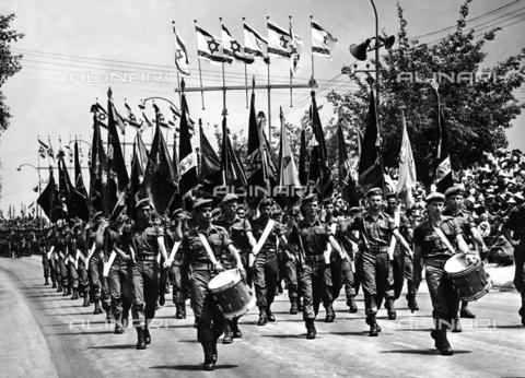 FCC-F-011750-0000 - Sfilata di soldati con bandiere e tamburi nel giorno della dichiarazione di indipendenza dello Stato di Israele a Tel Aviv - Data dello scatto: 05/1948 - Archivi Alinari, Firenze