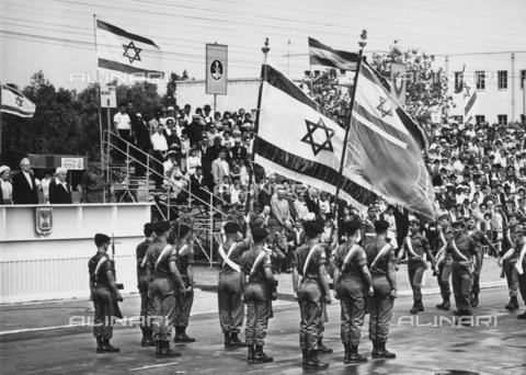 FCC-F-011751-0000 - Sfilata di soldati con bandiere nel giorno della dichiarazione di indipendenza dello Stato di Israele a Tel Aviv. Sulla tribuna d'onore si trovano il Presidente Ytzhak Ben Zvi, e consorte, e il Primo Ministro David Ben Gurion - Data dello scatto: 05/1948 - Archivi Alinari, Firenze