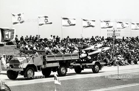 FCC-F-011752-0000 - Un automezzo militare con carico di missili sfila nel giorno della dichiarazione di indipendenza dello Stato di Israele a Tel Aviv - Data dello scatto: 05/1948 - Archivi Alinari, Firenze
