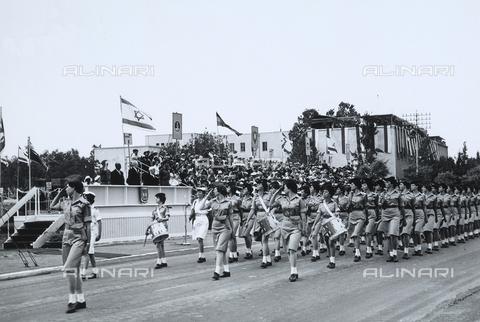 FCC-F-011753-0000 - Sfilata di un battaglione femminile nel giorno della dichiarazione di indipendenza dello Stato di Israele a Tel Aviv. Sulla tribuna d'onore si trovano il Presidente Ytzhak Ben Zvi e il Primo Ministro David Ben Gurion - Data dello scatto: 05/1948 - Archivi Alinari, Firenze