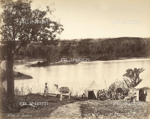 FCC-F-014343-0000 - Un gruppo di persone sono accampate sulla riva del fiume Giordano, in Israele - Data dello scatto: 1870 ca. - Raccolte Museali Fratelli Alinari (RMFA)-collezione Favrod, Firenze