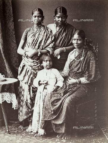 FCC-F-016922-0000 - Ritratto di donna indiana con le figlie - Data dello scatto: 1890 - 1910 - Archivi Alinari, Firenze