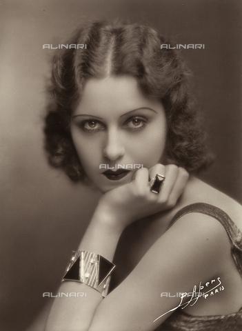 FCC-F-017277-0000 - Primo piano di giovane donna col mento poggiato su di una mano - Data dello scatto: 1925-1930 ca. - Archivi Alinari, Firenze
