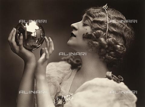 FCC-F-017278-0000 - Primo piano di giovane donna che si specchia in una sfera metallica - Data dello scatto: 1925-1930 ca. - Archivi Alinari, Firenze