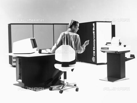 FCC-F-024002-0000 - Una impiegata seduta alla scrivania davanti ad un computer DP8 7/80 - Data dello scatto: 1960 ca. - Archivi Alinari, Firenze