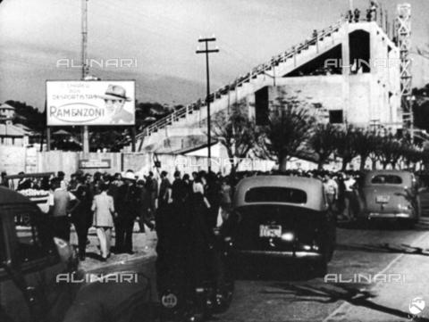 """FCL-S-000122-0018 - Documentario """" Calcio - Campionato del mondo a Rio""""; Porto Alegre, la folla si avvia verso lo stadio - Data dello scatto: 1950 - Istituto Luce/Gestione Archivi Alinari, Firenze"""