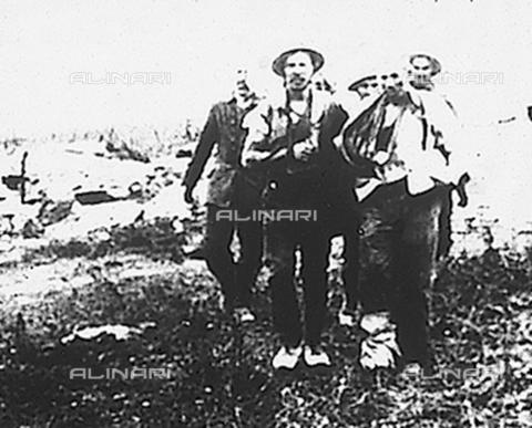"""FCL-S-000129-0058 - """"Europa in fiamme R.7"""": soldato inglesi con prigionieri feriti - Data dello scatto: 1914-1918 - Istituto Luce/Gestione Archivi Alinari, Firenze"""