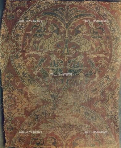 FDC-F-000458-0000 - Tessuto con scene di caccia al leone; opera di arte sassanide conservata nei Musei Vaticani a Città del Vaticano